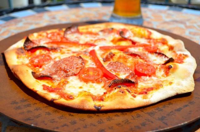 חגיגה של פיצה דקה