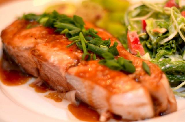 דג סלמון אפוי ומזוגג במיץ רימונים יוזו ודבש