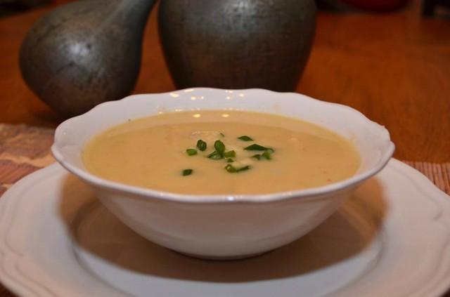 מרק כרובית ותפוחי אדמה בתיבול גרגרי כוסברה