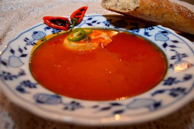 מרק עגבניות ופלפלים קלויים עם ביצה עלומה