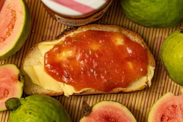 ריבת גויאבה אדומה על חלה מרוחה בחמאה